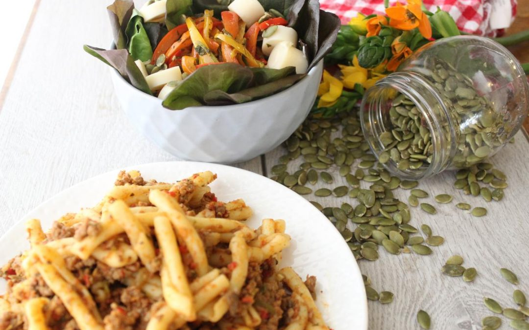 Pasta bolognese and hearts of palm salad