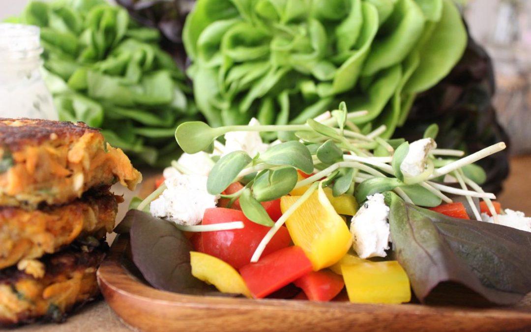 Tuna burgers and fresh pepper salad