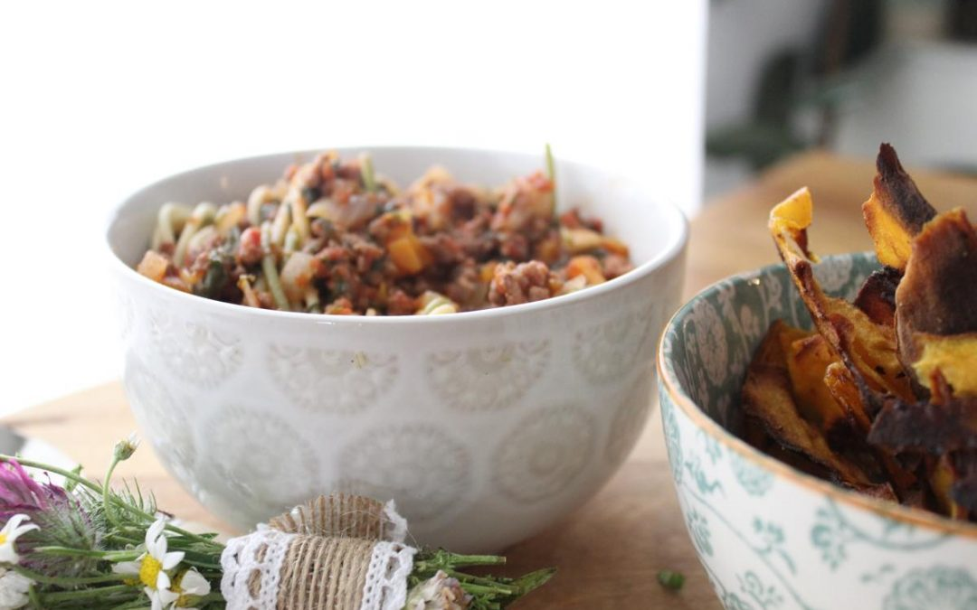 Spinach and lamb pasta with sweet potato chips